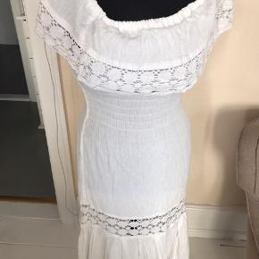 Hvid romantisk spansk sommer kjole i bomuld med masser af Hvidt broderi. Meget behagelig at have på.