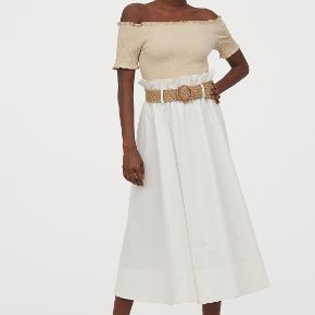 Hvid midi-nederdel med strå-bælte fra H&M. Højtaljet, lækkert stof. Nypris 350kr. Sælges til 70 kr. Kan afhentes i Kbh K eller sendes med dao til pakkeshop. Jeg giver mængderabat ved køb af flere ting - se mine andre annoncer.