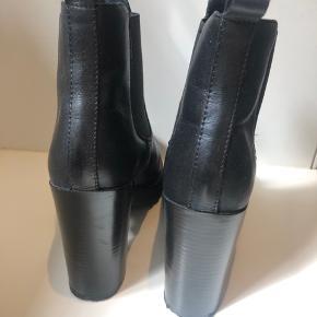 Brugt få gange. Som nye. Købt på Zalando - kan ikke huske mærket. Alm i str. min fod måler 26,5 cm og jeg passer den. Nypris 800kr