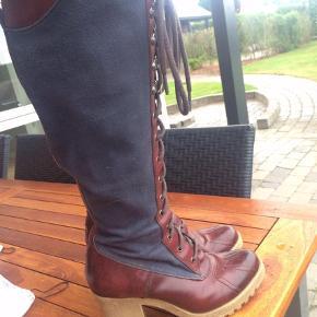 Varetype: Støvler Farve: Blå,Brun,Rød Oprindelig købspris: 2700 kr.  Super fede og fantastisk lækre støvler, sålen gør at de er super lækre og gå i, man svæver næsten over jorden.