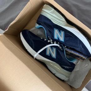 Sælger denne sjældne New Balance sneaker i rigtig god stand. De er en smule beskidte på ydersiden af skoen, men det kan hurtigt tørres af med en klud. Snørebåndene er stadig helt hvide. De er købt for to måneder siden og er derfor kun brugt indenfor den periode. De er normale i str. ❤️🧡