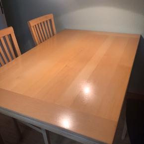 Bøg spisebord med 6 stole med stof.