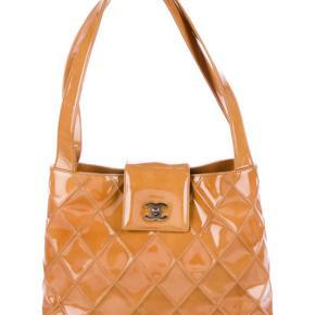 Chanel patent leather skuldertaske sælges. Kan afhentes i Aarhus.  Anna sarlvit har den også.  Den er 100% ægte.