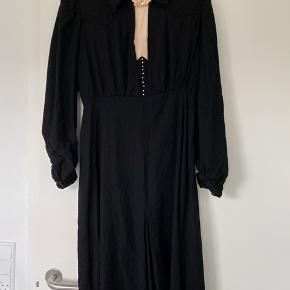 Mega fin vi tage kjole i god stand. Med sten på brystet🌟🌟