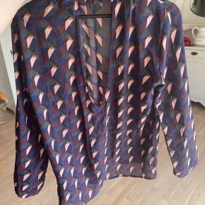 Super flot bluse i lækkert materiale!  ‼️Har 3 for 2 på hele min shop. Køb 3 items og få den billigste med gratis‼️