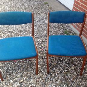 2 stk. Teak stole med blåt betræk i rigtig fin stand. Dansk design. H 44/75 B .45 D 40 cm.