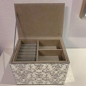 Fantastisk smukt smykkeskrin lavet med spejle med blomstermønster på🤩 der er plads til ringe og andre smykker i den øverste del. Denne del kan fjernes og under den er der endnu et stort rum til smykker, hårting eller andet👌 perfekt til badeværelset, soveværelset eller som udstilling/opbevaring🌸 skrinnet er brugt, men brugstegn findes udelukkende indvendigt👍 skrinet måler 21 gange 15,5 cm og vil blive pakket forsvarligt i bobbelwrap ved afsendning. Der er ingen synlige skår eller ridser i spejlene👌 Hvem skal være den heldige?☺️