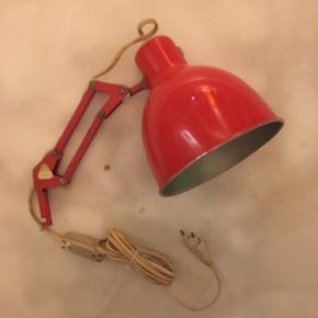 Fin gammel Luxo Luna væglampe, sælges..    Lampen er overall i fin stand, men har nogle aldersrelaterede brugsspor..   (se billederne, og bedøm selv)   Foruden det fungerer den perfekt..    SE OGSÅ ALLE MINE ANDRE ANNONCER.. :D