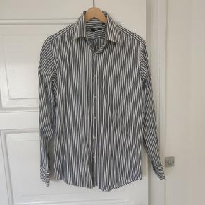 Grå og hvid stribet skjorte