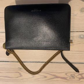 Super fin clutch fra Givenchy sælges, da jeg ikke får den brugt.  Den er købt på vestiere for seks måneder siden ca.   Der er et lille rødt mærke på leopardprintet, det kan ses på billedet. Prisen er sat efter det.  Bytter ikke☺️