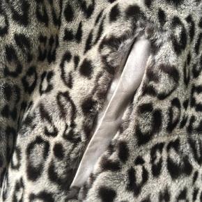 Varetype: Fake Fur Leopard Størrelse: 44 Farve: Beige  Skøn Anorak med hætte ( ved ikke hvad marterialet er) men er kantet mad det skønneste lammeskind  foret med silke Dansk design Johs..... ikke brugsspor .. Mit Brystmål er 115 cm og den passer mig fint