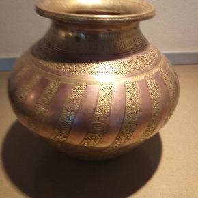 Flot krukke i messing og bronze, måler 15 cm i højden