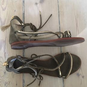 Den lille guldende på venstre sandal på snøre mangler (se billede 2)