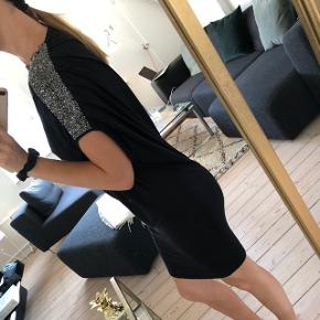 2nd day sort kjole med perle detaljer på den højre skulder. Np: 1300,-