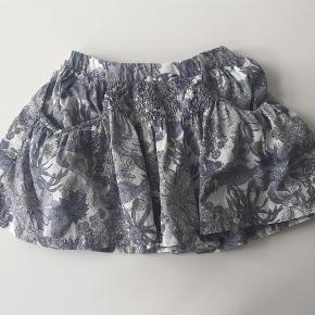Varetype: Nederdel Størrelse: 2 år Farve: Gråblå Oprindelig købspris: 400 kr.  Smuk nederdel fra Christina Rohde, nederdelen er i den rigtige gode ende af GMB.