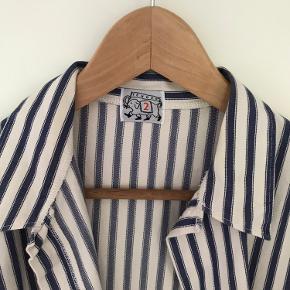Super lækker skjorte/jakke/blazer fra Tender i str 2. Skjorten er desværre for stor til mig, derfor sælger jeg. Størrelsen hedder 2 og passes af en str 40/42. Kvaliteten er tyk og lækker og jakken er perfekt med en body eller t-shirt under. Farven er creme med mørkeblå striber. Prisen er fast. Fra dyre- og røgfrit hjem.