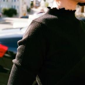#30dayssellout Sideparty - fin ribstrikket bluse - polyester, rayon og elastane - har kun været prøvet på! sælges for 60 kr