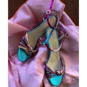 """Sælger disse fantastiske sandaler/stiletter fra Stine Goya. Str 38. Ny pris var 2000,-. Jeg har stadig æsken til dem. Hælen er 6 cm. De har justerbar strop om anklen og den fineste """"knude"""" over foden. De har en fantastisk pasform og er behagelige at have på. 100% skind. Jeg har haft dem på et par gange og de har brugsspor herefter (se billeder). Sålen er dog i flot stand og de fejler ikke noget. Almene brugstegn og de ses ikke når skoene først er på. Massere af lange dansenætter i dem stadigvæk. Perfekt til bryllupper, dåb, fødselsdage, weekendfestligheder eller til hverdag, hvis outfittet skal piftes op?💃🏼 #trendsalesfund"""