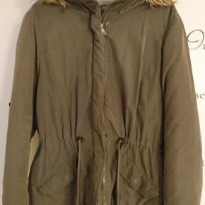 Dejlig jakke fra Only med snørre indvendig og foer samt hue med aftagelig pelskant. Str xl virker som en L
