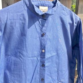 Hartmade blå skjorte med fine knappe detaljer  Str. 34 Np: 1200-1500kr 100% bomuld   Billede med model; er en anden skjorte fra Hartmade som den minder om.
