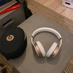 Sælger disse 'Beats solo3 wireless' hovedtelefoner, som er ca. 6måneder gamle. De fejler ikke noget, hvilket også ses på billederne.   De har kostet 1.600,- for ny og fungerer både med Aux og Bluetooth. Der medfølger en oplader og et rejseitui.