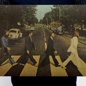 Billede af The Beatles   Retro og fedt at have hængende på væggen der hjemme.   Det er 51 cm i længde og 35,5 cm i brede. 😊