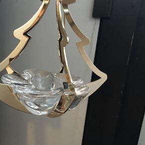 Her er en superflot klasikker belagt med guld fra Golden Christmas, hvor Holmegaard og Georg Jensen har haft et samarbejde.  Juleophænget er årets juleuro fra 2006, et juletræ er belagt med guld samt har et glas stage, hvor man kan have et fyrfadslys, enten med levende lys, eller et af de moderne LED lys. Den er virkelig smuk.  Befinder sig i Aalborg, men sender gerne