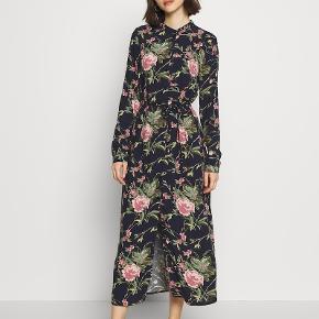 VMSIMPLY EASY LONG DRESS - Blomstret Skjortekjole / Hverdags kjole med bindebånd i taljen. 100% viskose