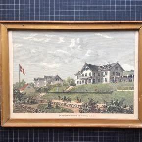 """Fint ældre farvelagt kobberstik """"Det nye Badeetablissement ved Skodsborg.""""  1874  Størrelse: 20x28 cm.   Sender gerne 👀  Skodsborg Badesanatorium: Skodsborg var i første halvdel af 1700-tallet et næsten øde sted. Her lå kun to lyststeder, """"Skodsborg"""" og """"Retraite"""". De fik skiftende ejere, som efterhånden solgte jord fra, og omkring år 1800 var der allerede opstået en mindre bebyggelse med en halv snes huse. """"Skodsborg"""" blev i 1852 købt af Frederik VII, som her tilbragte flere somre med Grevinde Danner. Han lod huset ombygge og et anneks opføre og lod bygge en gangbro over Strandvejen til Kongshøj, som lå på strandsiden. Det fik navnet Villa Rex og består sammen med Grevinde Danners Palæ Skodsborg Strandvej 125. Ude i Øresund havde han sin """"jagt"""" liggende, og om sommeren tog han på fisketur, foretog udgravninger af oldtidshøje i Dyrehaven og foretog rundture på egnen. Også Grevinde Danner var glad for stedet og boede her også nogle år efter kongens død; hun døde i 1874, og kort efter blev """"Skodsborg Palæ""""s arealer solgt.  Skodsborg Badehotel. Under parrets ophold blev stedet populært, og i århundredets sidste 20-30 år skete et omfattende byggeri af villaer og to hoteller: """"Øresund"""" og Skodsborg Badesanatoriumlet (senere kendt som """"Skodsborg Søbad""""). Badehotellet blev opført i 1874 lige over for en dampskibsbro og bestod udover selve hotelbygningen af flere villaer og en koncertbygning. Stedet blev besøgt også af mange turister og gav i flere år Skodsborg ry som et internationalt turiststed. I dag har Skodsborg Søbad ændret navn til Kurhotel Skodsborg. Det fungerer som kurophold med spa, restaurant, hotel m.m. og vandt i 2016 World Luxury Spa Awards.  (denstoredanske.dk)"""