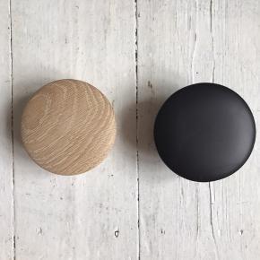 """To stk. smukke Muuto new Nordic """"The Dots"""" coat hooks Tveit & Tornøe Beslag medfølger, så ophænget / frakkekrogen / knagerne let kan monteres på det ønskede sted"""