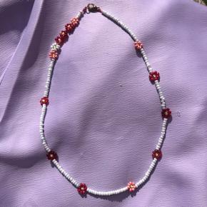 Perle choker halskæde Lyseblå perler med røde blomster Lås: forgyldt messing Ⓜ️ Mål: 38cm 💮 Prisen er fast og inkl Porto