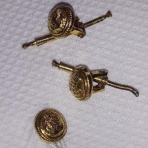 Brystknapper til brug for gallauniform for flådeofficer. Prisen er samlet for alle tre, hvoraf den ene er beskadiget lidt, men fortsat anvendelig.