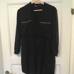 Zara kjole med lommer i siderne. brugt 1 gang. Fremstår i perfekt stand. Købt i zara i budapest i august måned.