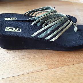Varetype: Sandaler Farve: Grøn Oprindelig købspris: 300 kr.  Teva mush wedges, super lækker sandal, brugt men ikke slidt.
