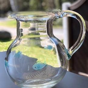 Designer glaskande. Pernille Bülow. Stor og helt unik med små blå fisk i glasset. Som ny. Flot på bordet til såvel hverdag som fest. Højde 21cm