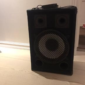 FESTIVAL HØJTALER  Åben for bud  110 dB 12″ bas 2 diskant horn Bluetooth 4.0 Aux Lavt strømforbrug Batterilevetid festivalbatteri  80 timer Batterilevetid bilbatteri 260 timer