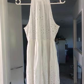 Så fin sommer kjole - fejler intet Størrelsessvarende  Der er ekstra stof i den nederste del så den ikke er gennemsigtig