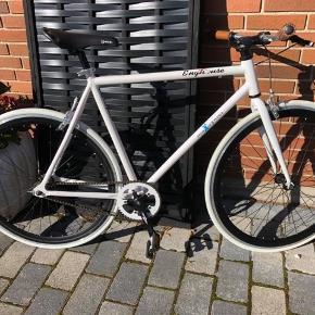 """Helt ny cykel fra Enghouse, vundet i konkurrence, derfor ej kvittering, kun prøvekørt Enghouse er kendt for at man selv kan specialdesigne sin cykel Lækre detaljer Læder sæde og læder på håndtag Håndbremser, ingen fodbremse Stellet har højde som en 28"""" cykel"""