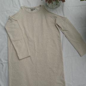 Fantastisk dejlig cold shoulder kjole i sweatstof.  Brystmål ca. 2x56 Længde fra halsen og ned ca.82  80% bomuld og 20% polyester.  Jeg tager desværre ikke billeder med tøjet på