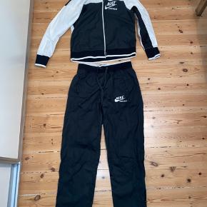 Nike tracksuit / sæt - windbreaker og bukser i samme materiale. Mørkegrøn og hvid (se sidste billede). Brugt få gange og fremstår som byt (ingen tags på). Køber betaler selv for forsendelse - kan mødes og handle i Storkøbenhavn for at undgå fragt :)