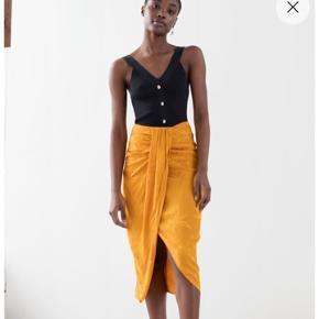 Orange / gul Tropical wrap skirt / nederdel - str. 38 men vil mene den også kan passe en 36.  Fra & other stories. Aldrig brugt men har tager prismærker af. Prisen var 560 kr, købt for en måned siden kom med et bud :)  Den er så flot! Men jeg får den ikke brugt.