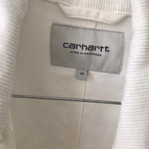 Carhartt michigan coat i hvid størrelse M. Brugt 2-3 gange fremstår som ny. Dette er modellen med kortere ærmer.
