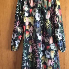 Kjolen er i fin stand. Størrelsen er 134/140. Porto: 36 kr. Jeg handler helst over MobilePay.