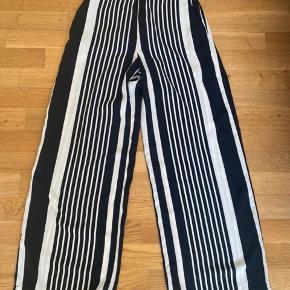 Fine bukser fra H&M str 36. Kan bruges både klassisk eller basic ✨ Ingen fejl, skader el.lign.