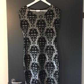 Tætsiddende flot kjole - str. M, men kan vist også sagtens passes af en str. S