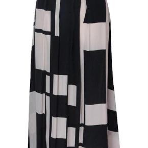 Lækker nederdel med lommer i siderne.  30 % silke og 70 % viskose.  Nederdel Farve: Sort mønstret Oprindelig købspris: 1699 kr.
