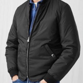 Arket nylon bomber jakke - str 48 svarende til en medium. Farve sort, brugt få gange - står som ny. Nylon Liner Jacket. Ny pris 1200