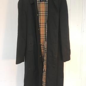 Lækker vintage Burberry frakke med skjulte knapper til en bredskuldret mand. God men brugt stand. Kommer fra ikke-ryger hjem.