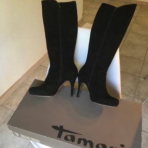 Sorte ruskinds støvler med høj spids hæl og lille plateau under forfoden. De er til normale lægge.  De er super flotte men jeg får dem bare ikke brugt da vi er flyttet på landet.   Jeg har haft dem på udendørs I kbh max Tre gange.  Kan leveres i Nordsjælland kbh efter aftale.  Bud modtages