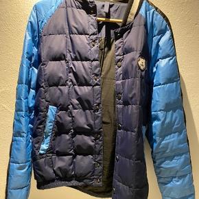 Fin jakke. Kan bruges om vinteren, men går også an om foråret. Lidt brugt kun en enkelt flaw ved den ene lomme